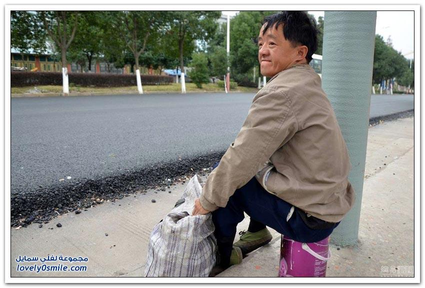 صور لمتسول صيني مُحتال أثناء العمل وبعده