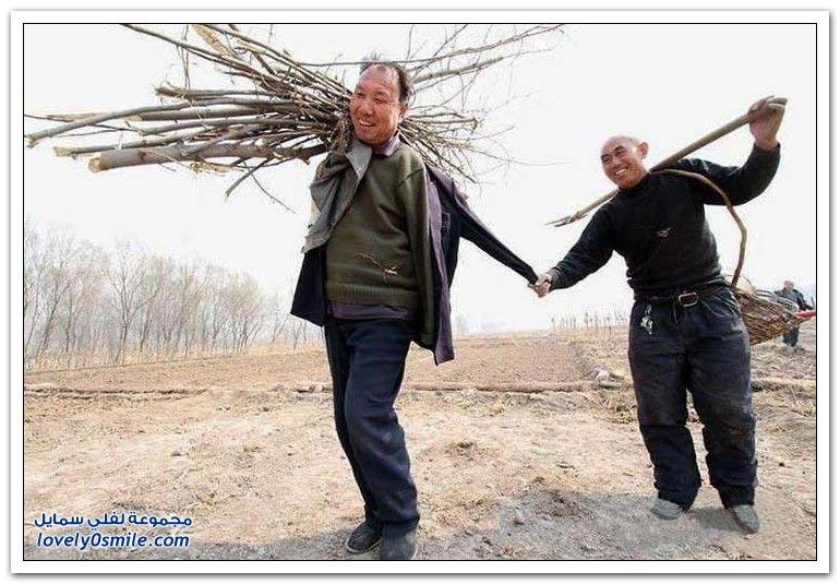 كفيف وآخر بلا ذراعين يزرعان 10 آلاف شجرة