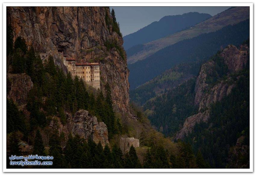 منازل على قمم وسفوح الجبال