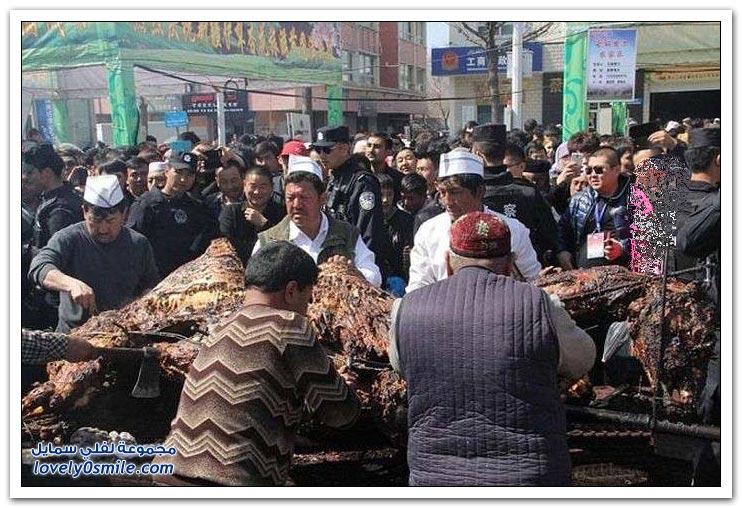 طهي جمل كامل بأحد شوارع الصين على هامش مهرجان السياحة