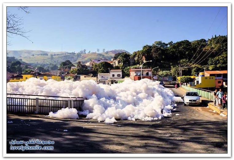 رغوة بيضاء سامة في شوارع ساو باولو