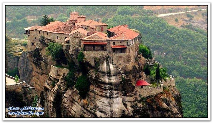 منازل بُنيت على قمم وسفوح الجبال حول العالم