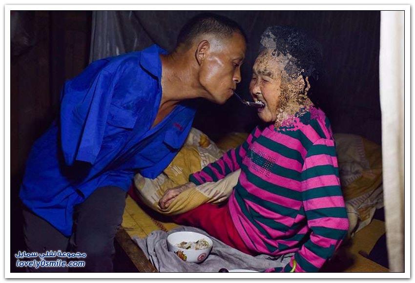 صيني بلا ذراعين يرعى أمه المريضة