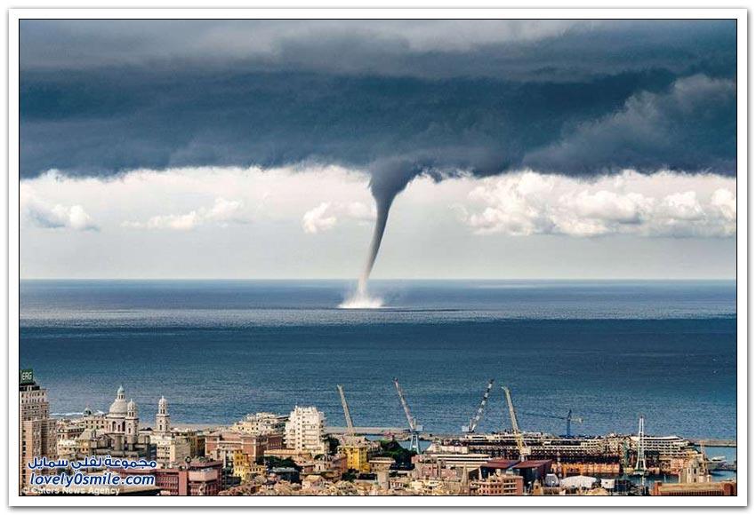 عمود من الماء في البحر يظهر أمام مدينة جنوه الإيطالية