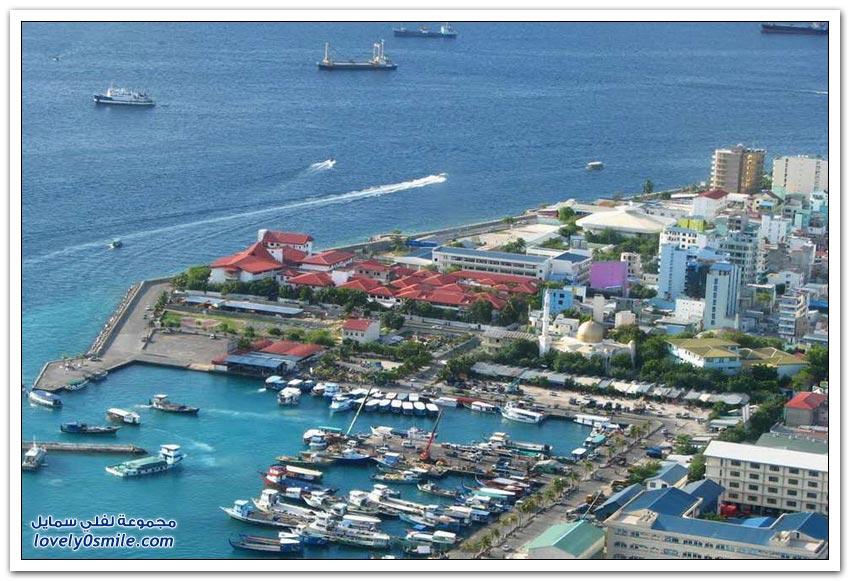 أحد جُزر المالديف المكتظة بالسكان