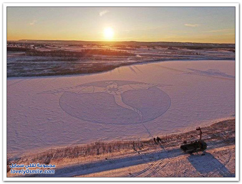 الفنان سيمون بيك يرسم رسمات عملاقة على الثلج باستخدام آثار أقدامه