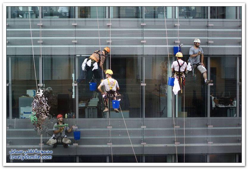 من أخطر الوظائف في العالم تنظيف نوافذ البنايات