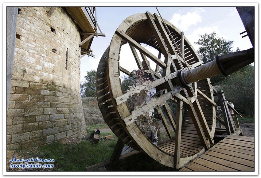 بناء قلعة في فرنسا باستخدام تقنيات القرون الوسطى