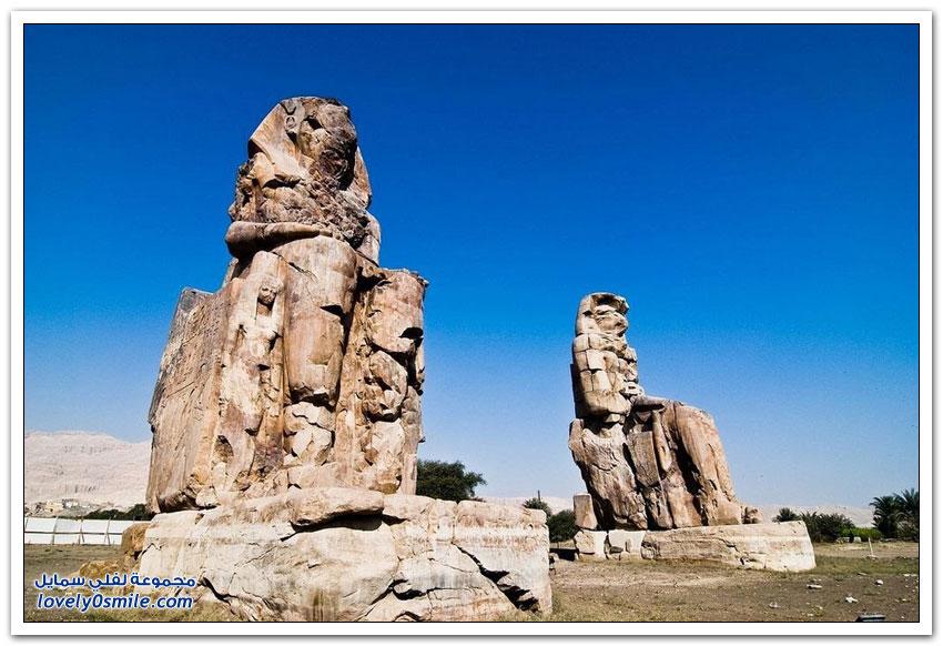 تمثالا ممنون في مقبرة مدينة طيبة القديمة بالأُقصر جنوب مصر