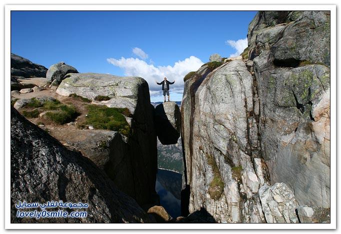 أشهر صخرة مثبته بين جبلين في النروج