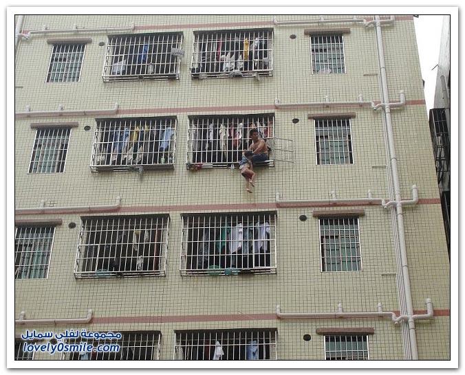 أب صيني يهدد برمي ابنته من النافذة بعد مشاجرة مع زوجته