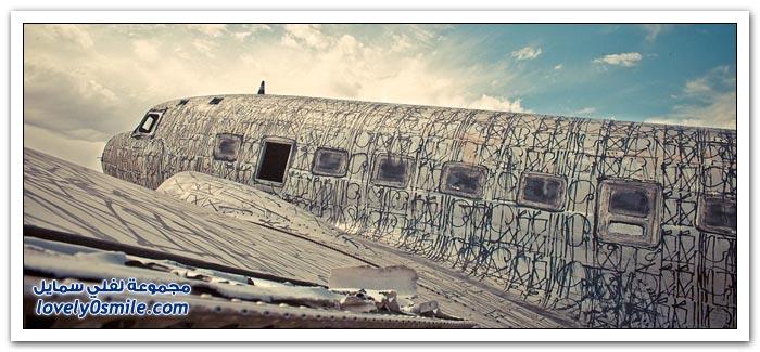 الرسومات على الطائرات في المقبرة العسكرية في صحراء ولاية أريزونا